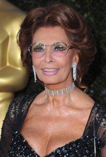 Sophia Loren marquée par la chirurgie esthétique : après Cannes, elle choque Naples (photos) - Yahoo Actualités France (2/2)