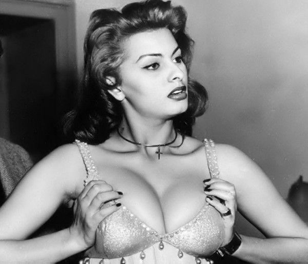 Sophia Loren marquée par la chirurgie esthétique : après Cannes, elle choque Naples (photos) - Yahoo Actualités France (1/2)