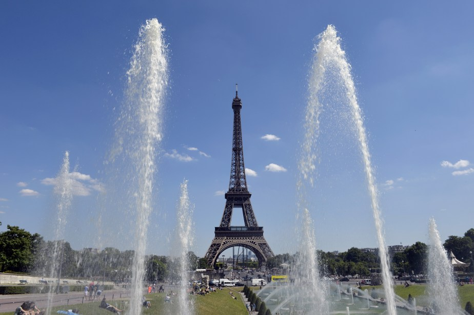 Eiffel Tower workers strike to protest 'aggressive pickpockets'