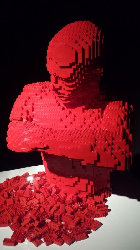 L'homme qui se décompose en LEGO