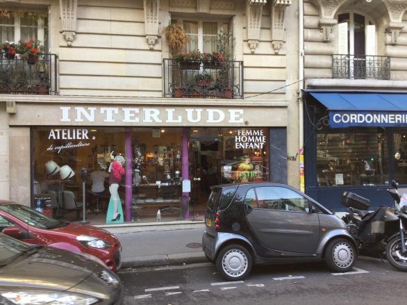 Quartier Caulaincourt , salon de coiffure avec une déco vintage et quelques pin up en déco :)