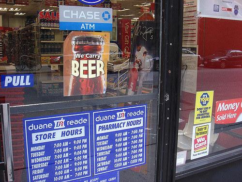 Les pharmacies où on vous vend aussi des bonbons, des sodas, des clopes et de la bière.