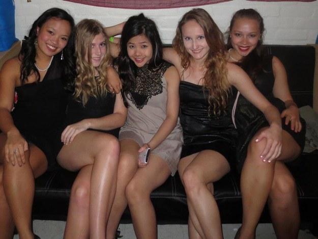 Si vous pensiez que la fille à gauche était particulièrement audacieuse sur cette photo...