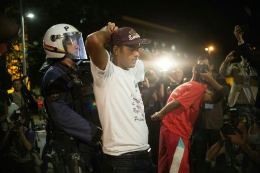 Des hommes sont arrêtés lors d'une manifestation contre la destitution de Dilma Rousseff devant le Parlement de Brasilia le 11 mai 2016 © ANDRESSA ANHOLETE AFP