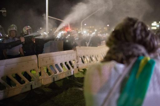 Des gens manifestent contre la destitution de Dilma Rousseff devant le Parlement de Brasilia le 11 mai 2016 © ANDRESSA ANHOLETE AFP