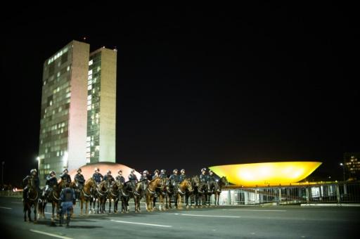 La police montée garde le Parlement de Brasilia le 11 mai 2016 après des troubles causés par des manifestants  © ANDRESSA ANHOLETE AFP
