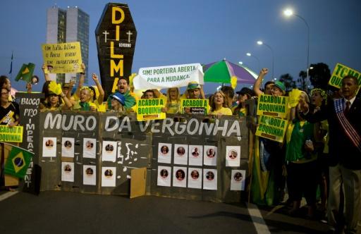 Des partisans de la destitution de Dilma Rousseff manifestent devant le Parlement à Brasilia le 11 mai 2016 © ANDRESSA ANHOLETE AFP