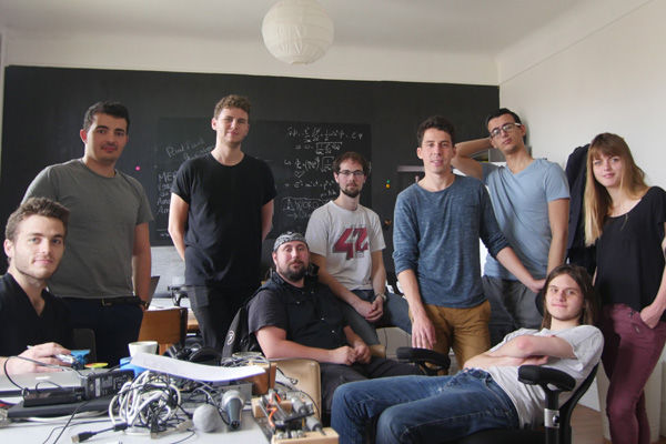 Développeurs, ingénieurs, designers : ils sont une dizaine à travailler dans la hacker house de Seed-Up. ©SeedUp